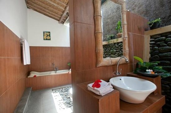 Pondok Sebatu Villa: Open-air Bathroom