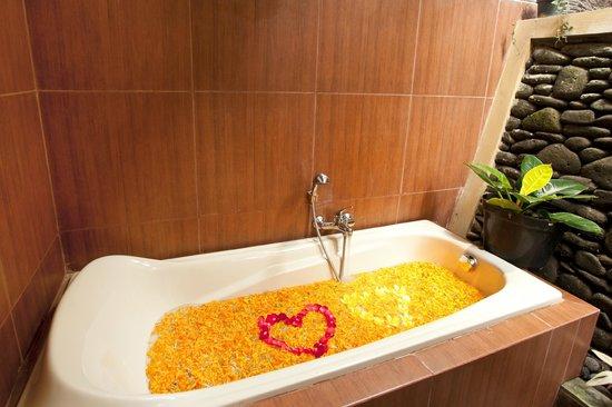 Pondok Sebatu Villa: Bathroom