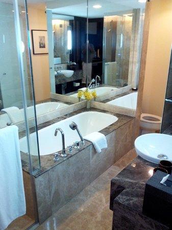 Anantara Riverside Bangkok Resort: bath Tub