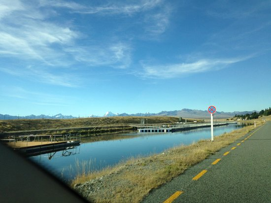 Mt. Cook Alpine Salmon Farm : driving along the river of the salmon farm