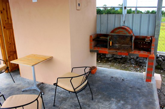 Hostal Victoria Volcan Chiriqui : BBQ side and terrace, Family Gardens
