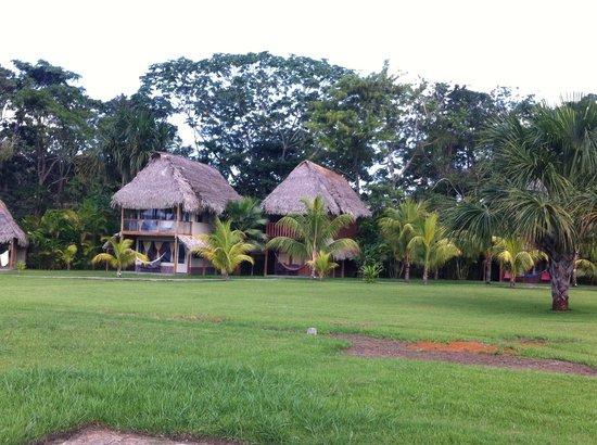 El Sauce Resort : Vista lateral desde la laguna de los bungalows