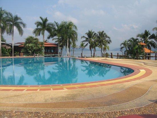 Kaengkrachan Boathouse Paradise Resort : Nice swimming pool