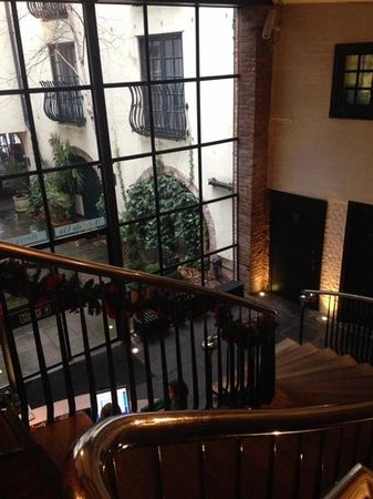 Hotel du Vin & Bistro: Grand staircase to reception