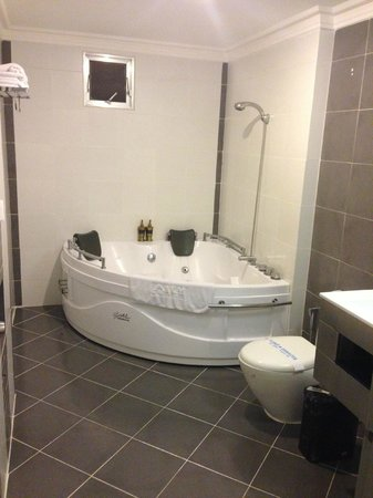 Le Prince Hotel: shower/jacuzzi