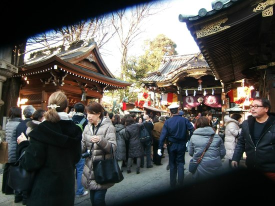 Toyokawa Inari Shrine and Temple: 参拝する人々