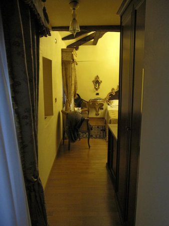 Albergo Ca' Alvise: entry hallway into the room