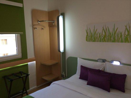 Hotel Formule1 Pune Hinjewadi: Room showing window and open style 'wardrobe'