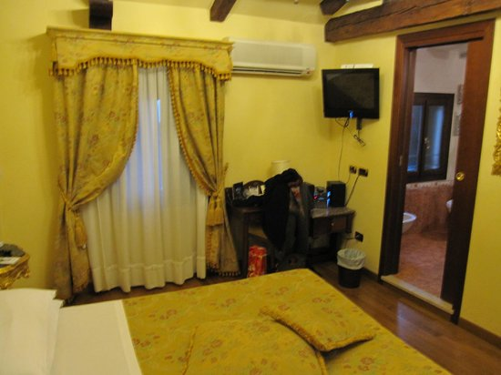 Albergo Ca' Alvise: the side of the room on the canal side