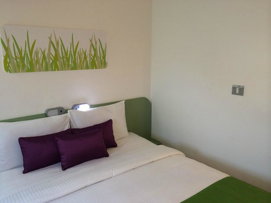 Hotel Formule1 Pune Hinjewadi: Room showing bed and simple but tasteful decor