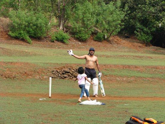 Sakha Niwas Agro Tourism: njoying session of cricket