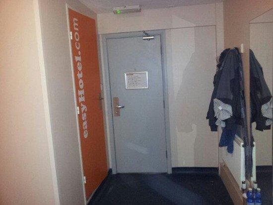 easyHotel London Victoria: Entrata e bagno a sinistra, appendi abiti a destra