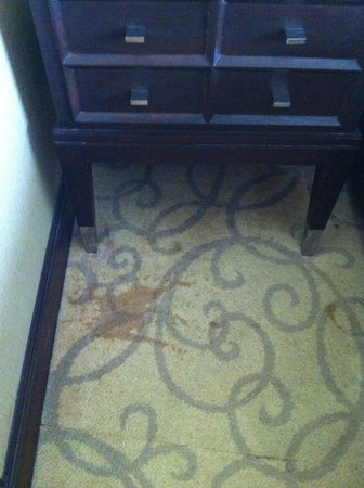 Pullman Bangkok Grande Sukhumvit : Grand Deluxe room - dirty carpet with patches