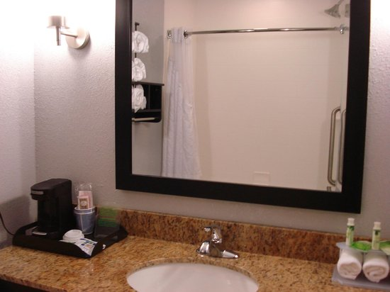 Holiday Inn Express Hotel & Suites Natchez South: Bathroom