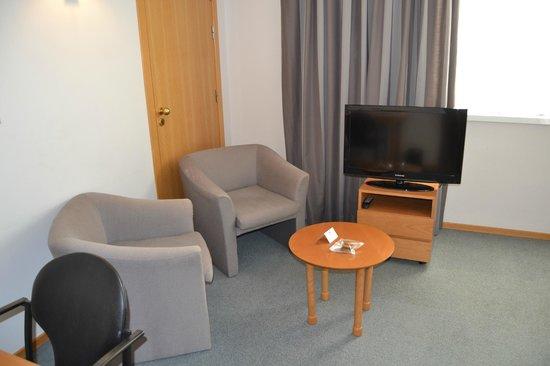 Aparthotel Atenea Valles: Zona de butacas y mesita en habitación