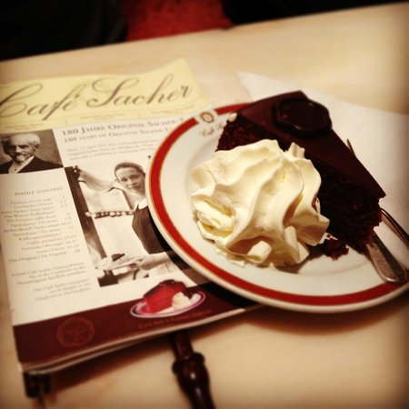 Café Sacher Salzburg: La tipica Sacher Torte servita con panna montata...