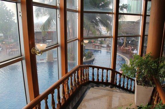 Prince Palace Hotel: Выход к бару