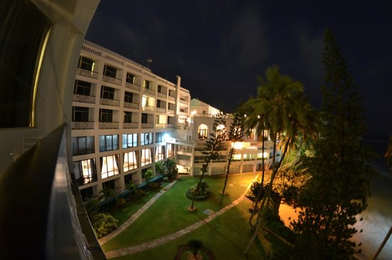 Mount Lavinia Hotel: View on the restaurant from our room.
