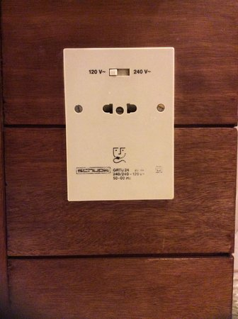 Shangri-La's Rasa Sayang Resort & Spa: 120 V socket in bathroom