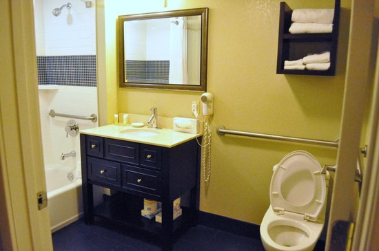 Staybridge Suites Lake Buena Vista: Clean toilet with enough supply of towels