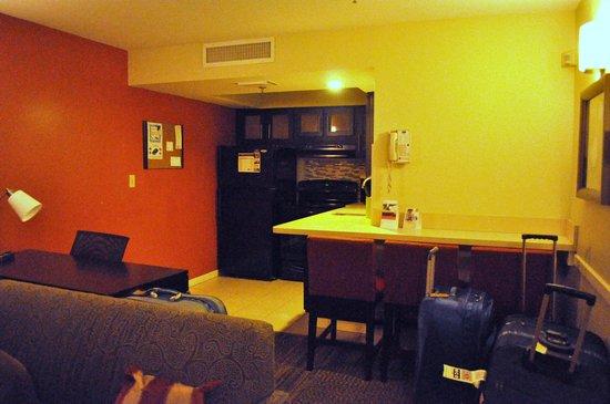 Staybridge Suites Lake Buena Vista: Well equipped Kitchen.