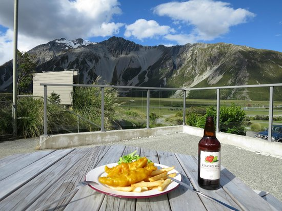 Mt Cook Lodge and Motels: Fish and Chips with a stunning view