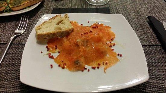 Perbacco: Lachs mit Oliven, Orangenstücken, Fenchel und roten Pfefferkörnern - fantastische Kombination.