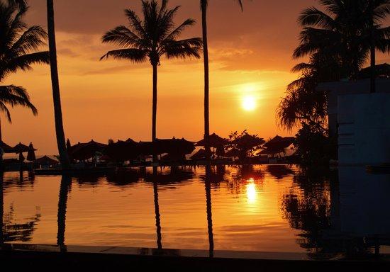 Ramada Khao Lak Resort : Pool view sunset