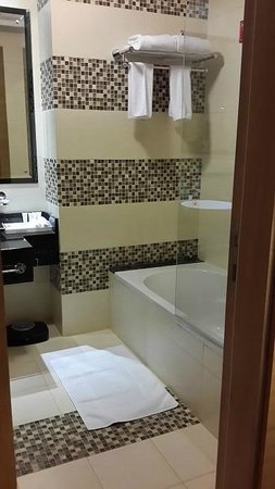 Copthorne Hotel Sharjah: bathroom