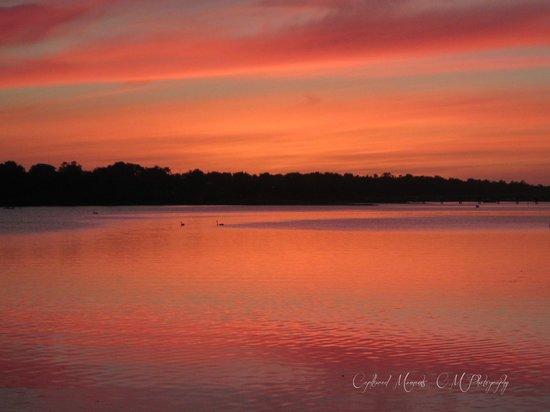 Abel Tasman Motel: Sunset on the Lake