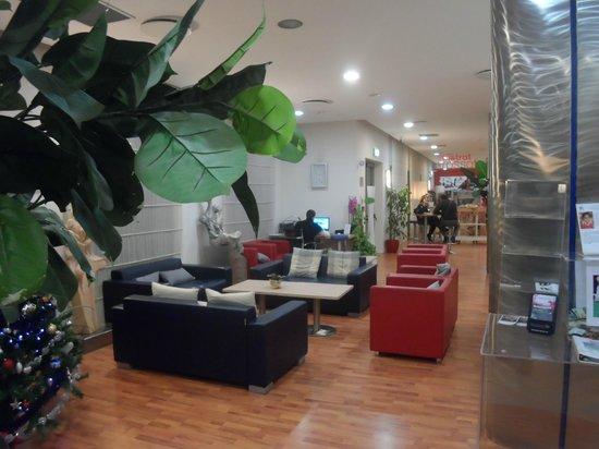 Ramada Encore Bologna : Le hall d'accueil