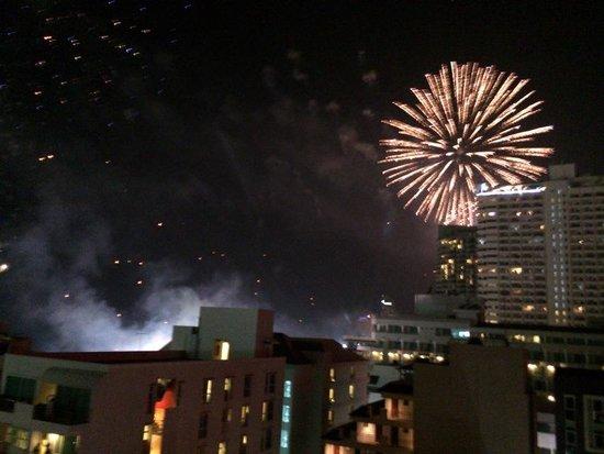 Mike Beach Resort: 部屋のテラスからは、運が良ければ花火も見ることができます。