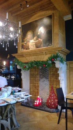 Charming Brugge : De mooie schouw in de ontbijtkamer