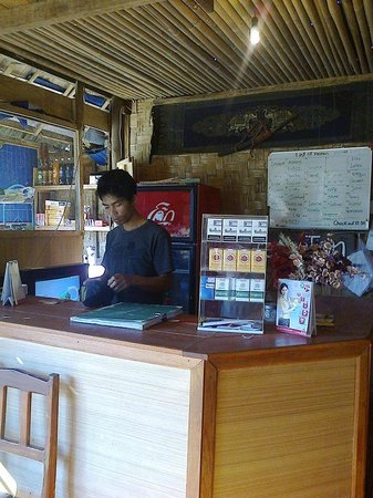Easy Go Backpacker Hostel: Reception & the owner - See