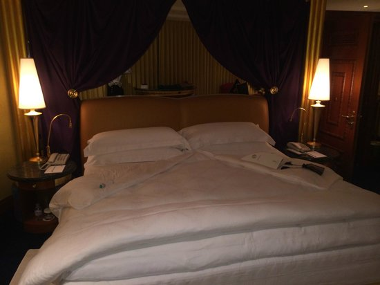 Burj Al Arab Jumeirah: Bedroom - I expected more from turndown