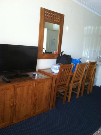 Bunbury Apartment Motel: TV and table/chairs