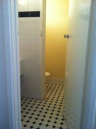 Bunbury Apartment Motel: bathroom