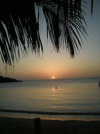 Sea Breeze Inn: Diese schöne Bucht ist nur 3 Gehminuten vom Hotel entfernt.