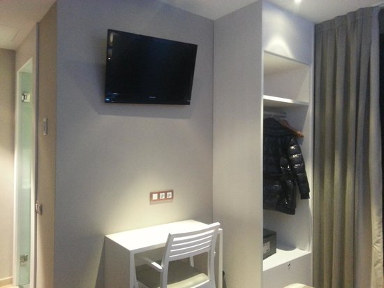 Hotel Barcelona House: tv+armadio