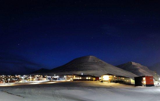 Radisson Blu Polar Hotel, Spitsbergen, Longyearbyen: Hotel with Christmas star on top