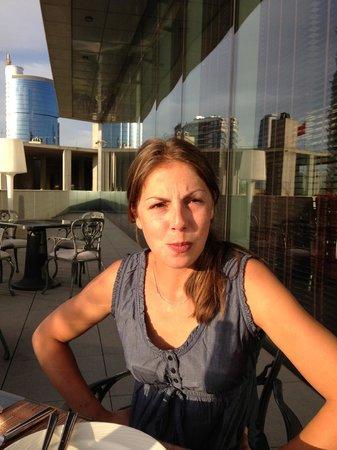 JW Marriott Hotel Ankara : Die Terrasse im Erdgeschoß mit Partnerin beim Essen