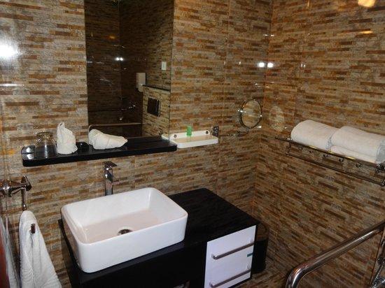 Hotel Sea Pearl: Bathroom 1