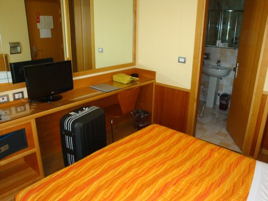 Hotel Verona: 部屋。ちょっと狭い