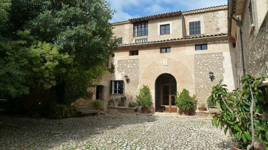 Sa Torre de Santa Eugenia: Sa Torre courtyard