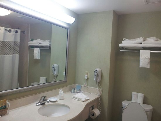 Hampton Inn & Suites by Hilton San Jose Airport: Salle de bain avec baignoire
