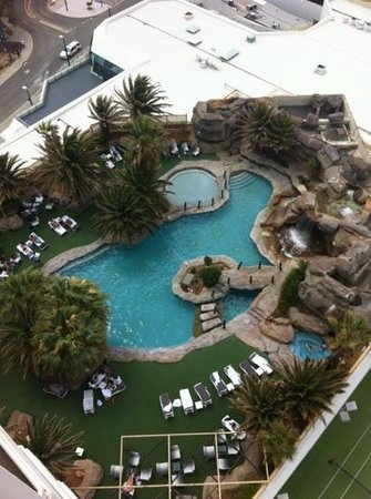 Rendezvous Hotel Perth Scarborough: view of pool from our balcony