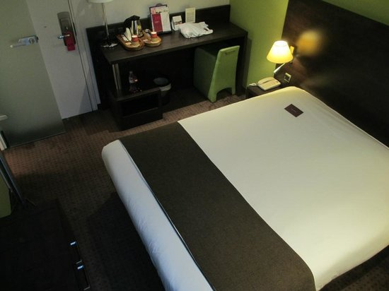 Mercure Strasbourg Centre Petite France: The bed takes up most of the room!