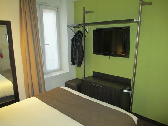 Mercure Strasbourg Centre Petite France: Open storage in the room next to the TV