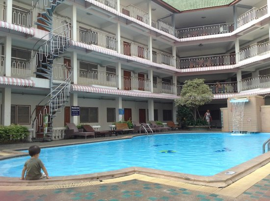 Top North Hotel: Standard rooms in the background, pool
