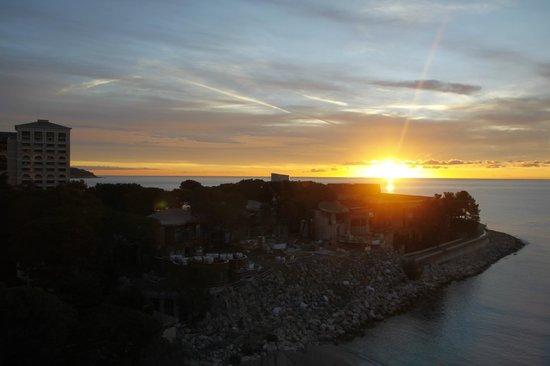 Le Meridien Beach Plaza : Lever du soleil au 8ème étage.